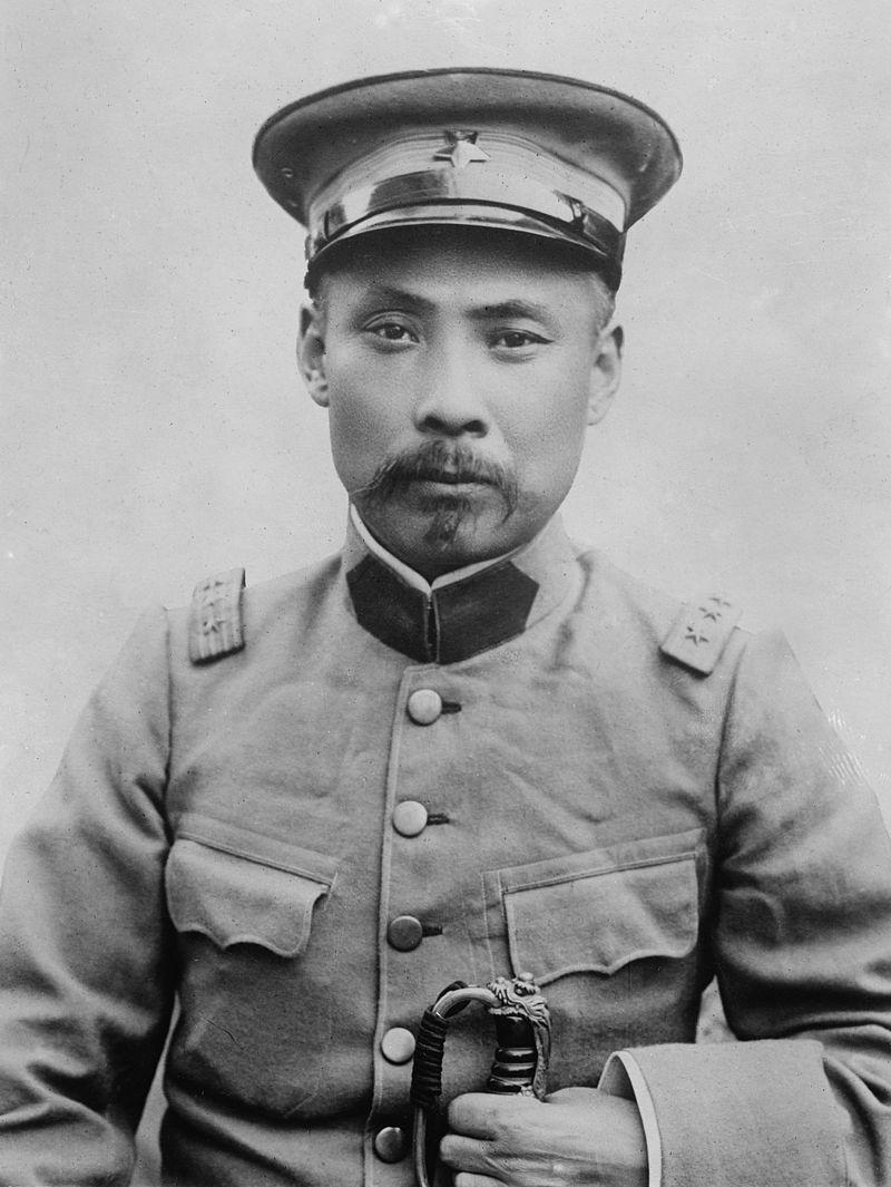Duan Qirui rozpoczął swoją karierę wojskową jeszcze w armii cesarskiej. W 1911 opowiedział się po stronie monarchii i walczył z republikanami, by już na początku następnego roku poprzeć abdykację cesarza. Czterokrotny premier, w latach 1924-1926 stał na czele Chin.