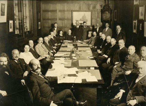 Jednym ze sponsorów Lenina był prawdopodobnie amerykański bankier żydowskiego pochodzenia Jacob Schiff. Na zdjęciu w prawym dolnym rogu podczas zebrania.