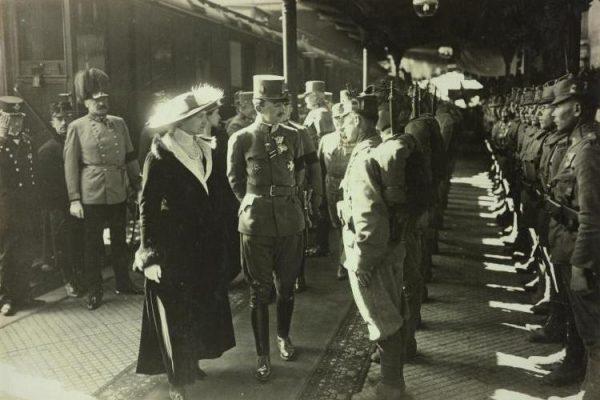 Wkrótce Lenin przeprowadził się na ul. Lubomirskiego, aby mieć bliżej do dworca głównego. Na zdjęciu cesarz Austro-Węgier Karol z żoną Zytą na peronie tego dworca w 1917 roku.
