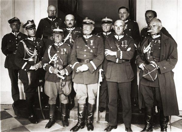Czystka w wojsku ominęła oficerów wiernych Piłsudskiemu podczas zamachu majowego i legionistów. Ci inspektorowie armii, sfotografowani na początku 1926 roku, dalej rozwijali swoje kariery.