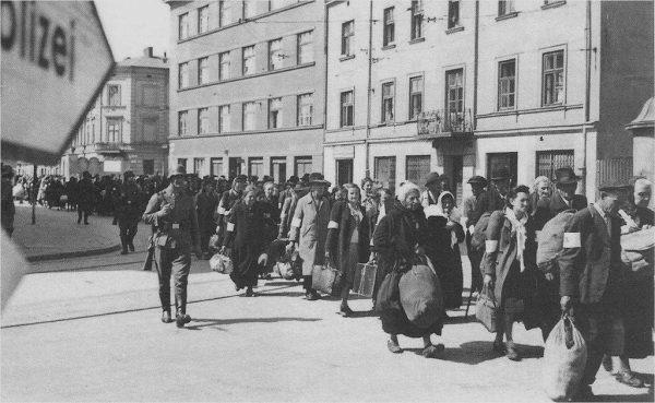 Tak wyglądała deportacja Żydów z getta na ul. Lwowskiej w 1942 roku. Wielu z widocznych na zdjęciu nie wiedziało, że idzie na śmierć.