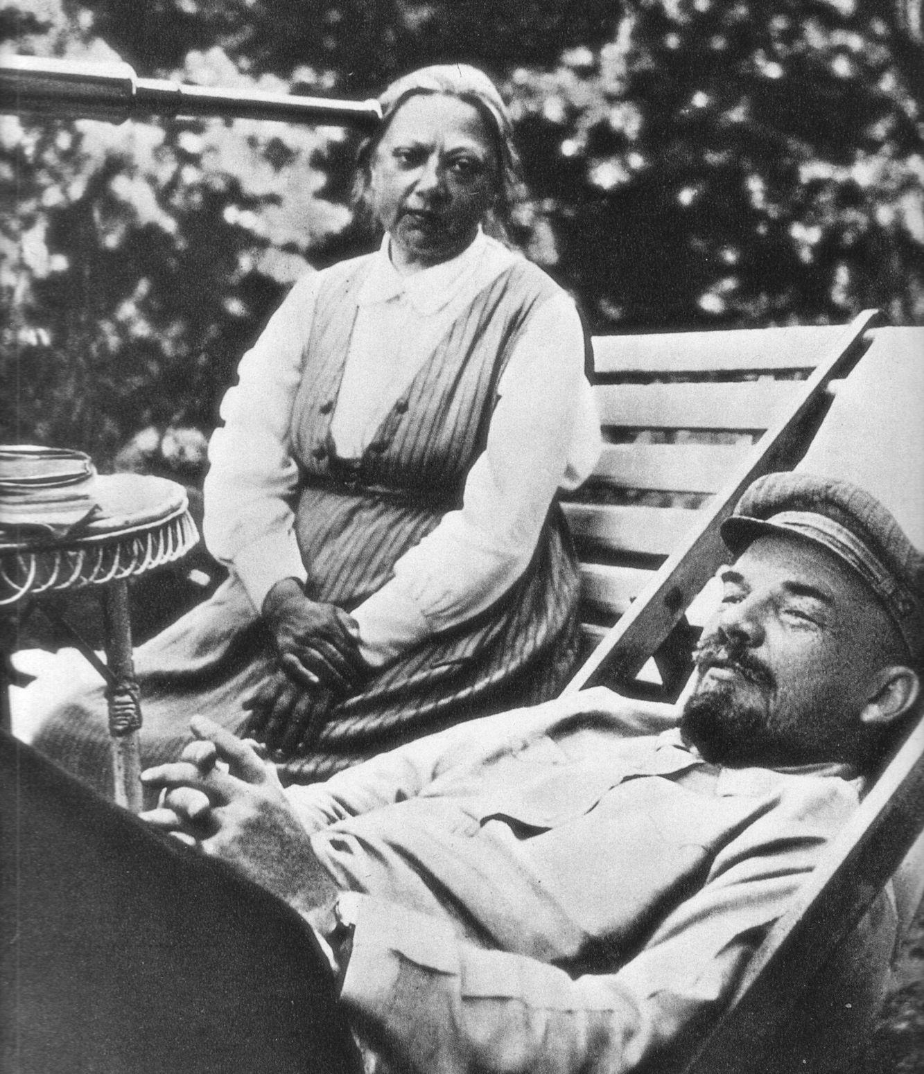 W podróży pociągiem przez Europę Leninowi towarzyszyła m.in. jego małżonka Nadieżda Krupska. Na zdjęciu małżonkowie w 1922 roku. Fotografię wykonała Maria, najmłodsza siostra Lenina.