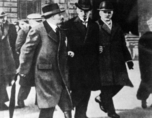 Po przybyciu do Sztokholmu Lenin i jego towarzysze wreszcie mogli się najeść. Na zdjęciu przyszły przywódca rewolucji w stolicy Szwecji z Ture Nermanem i Carlem Lindhagenem.