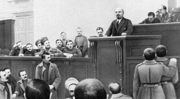 Włodzimierz Lenin także podawał się za wielkiego zwolennika demokracji. Na zdjęciu wygłasza przemówienie w Pałacu Taurydzkim do Piotrogrodzkiej Rady Delegatów Robotniczych i Żołnierskich.