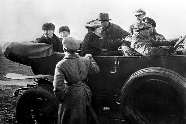 Lenin przeprowadził się w góry z powodu złego stanu zdrowia Nadieżdży Krupskiej. Na zdjęciu bolszewicki przywódca z żoną i siostrą Marią po paradzie Armii Czerwonej w 1918 roku.