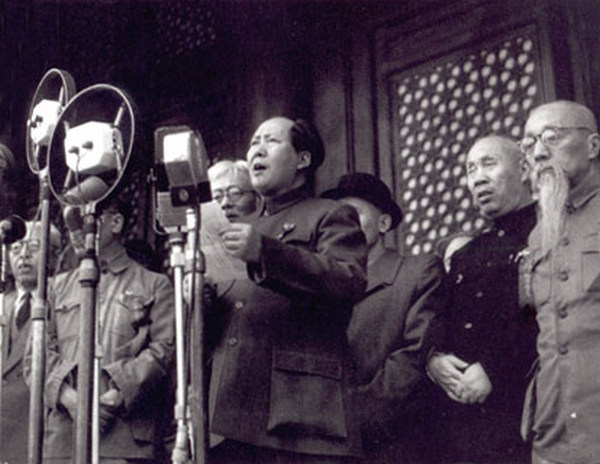 """Na zdjęciu Mao Zedong ogłasza 1 października 1949 roku powstanie Chińskiej Republiki Ludowej. Taki był efekt chińskiej wojny domowej, która rozpoczęła się w 1927 roku, tuż po zakończeniu """"epoki warlordów"""". Walki mniejszych wojowników zastąpiła wojna komunistów i nacjonalistów z Kuomintangu."""