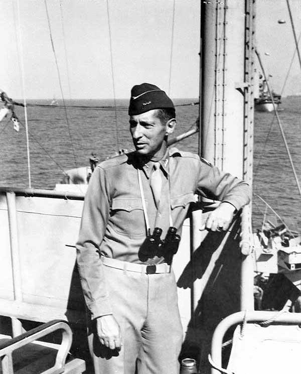 Mark Wayne Clark był amerykańskim generałem w czasie II wojny światowej i wojny koreańskiej. Na zdjęciu na pokładzie USS Ancon podczas lądowania pod Salerno, które o mało nie skończyło się klęską oddziałów desantowych.