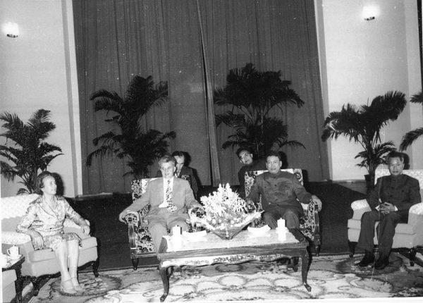 W 1975 roku kambodżańscy partyzanci obalili rząd, a Pol Pot zmienił nazwę kraju na Demokratyczna Kampucza i rozpoczął jedną z najkrwawszych dyktatur w XX wieku. Formalnie objął stanowisko premiera. Na zdjęciu z Nicolae Ceauşescu (1978 rok).