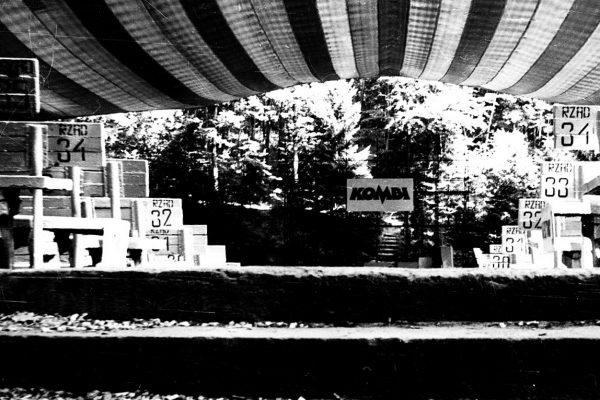 W Sopocie problem z bezrobociem rozwiązywał chłonny rynek sąsiednich miast. Inne miasteczka miały się jednak znacznie gorzej. Na zdjęciu jeden z symboli Sopotu - Opera Leśna - w 1985 roku.