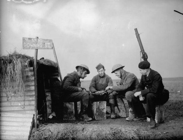 II wojna światowa obfitowała w niezliczoną ilość akcji szpiegowskich i wojskowych operacji. Nierzadko jednak żołnierze mieli chwile wytchnienia, jak ci na zdjęciu, grający w karty.