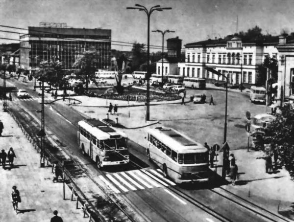 Sosnowiec. Miasto, które na przełomie lat 60. i 70. XX wieku pozornie niczym się nie wyróżniało na tle innych części kraju. Kryło w sobie jednak pamięć o bestialskiej Zagładzie Żydów, która dokonała się w jego sercu.