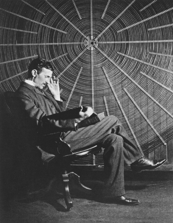 Tesli nie można nazwać wynalazcą radia, ponieważ jego skonstruowanie było dłuższym procesem i brało w nim udział wielu ludzi.