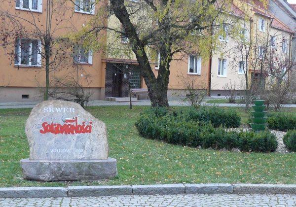 W niemal całej Polsce można znaleźć obiekty toponimiczne imienia Solidarności. Na zdjęciu Skwer w Wołowie.
