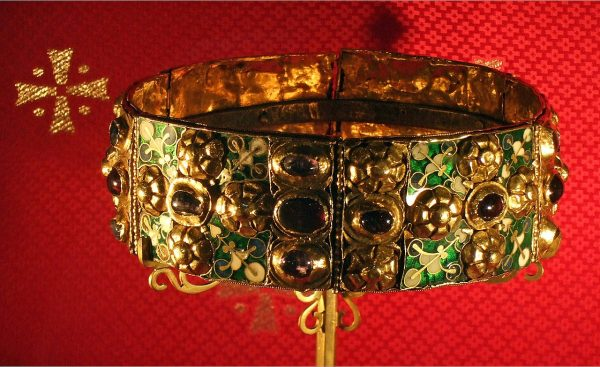 Słysząc słowo korona od razu wyobrażamy sobie uporządkowane feudalne społeczeństwo z królem (lub cesarzem) na jego szczycie. Tymczasem w X i początkach XI wieku sytuacja było o wiele bardziej skomplikowana. Na zdjęciu wczesnośredniowieczna lombardzka Żelazna korona.