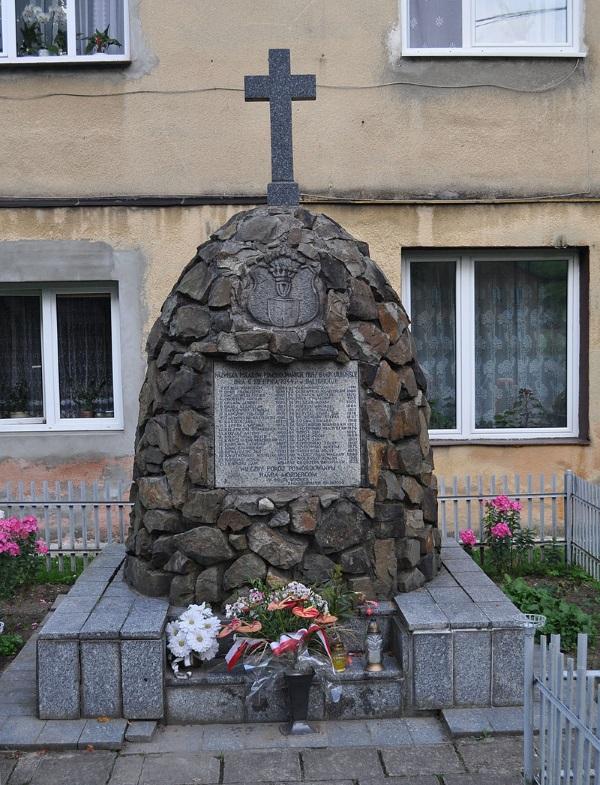 Pomnik ofiar zbrodni UPA z 6 sierpnia 1944 roku. Zdjęcie opublikowane na licencji CC BY-SA 3.0, autor: Paweł 'pbm' Szubert.