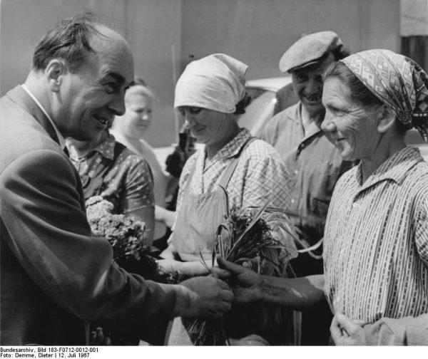 Najtrudniejszą sytuację zawodową miały kobiety. Na zdjęciu delegacja polskich pracownic w Wismarze w 1967 roku.