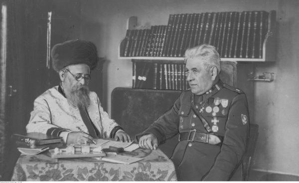 Cadyk z Bobowej rabin Halberstam w towarzystwie majora Wieniawy-Długoszowskiego.