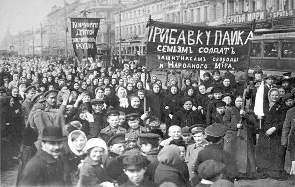 Na początku 1917 roku Rosja była najsłabszym ogniwem Ententy. Na zdjęciu demonstracja robotników z Zakładów Putiłowskich w Piotrogrodzie, która odbyła się na kilka dni przed abdykacją cara.