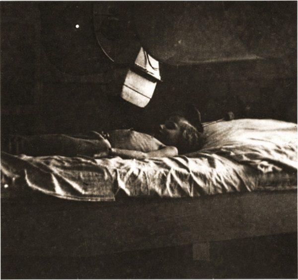 Przykład dobrej sytuacji polskich Żydów w czasie II wojny światowej. Wycieńczona i wychudzona dziewczynka w łódzkim getcie (fot. domena publiczna).