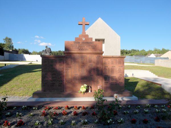 """Pomnik upamiętniający osoby pomordowane przez Niemców w Michniowie. Zdjęcie współczesne, pochodzące z książki """"AK 75. Brawurowe akcje Armii Krajowej""""."""
