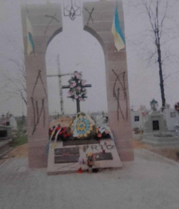 Zanim pomnik UPA w Hruszowicach został zburzony, wielokrotnie był wcześniej dewastowany. Fotografia, jaką uzyskaliśmy od przedstawicielki lokalnej społeczności ukraińskiej, ukazuje jeden z aktów wandalizmu. (fot. archiwum prywatne)