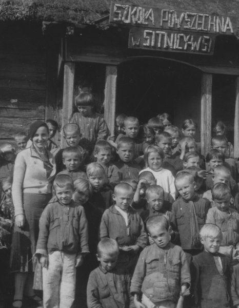 Nauczycielka szkoły powszechnej w Sitnicy - Wsi. Fotografia z 1935 roku.