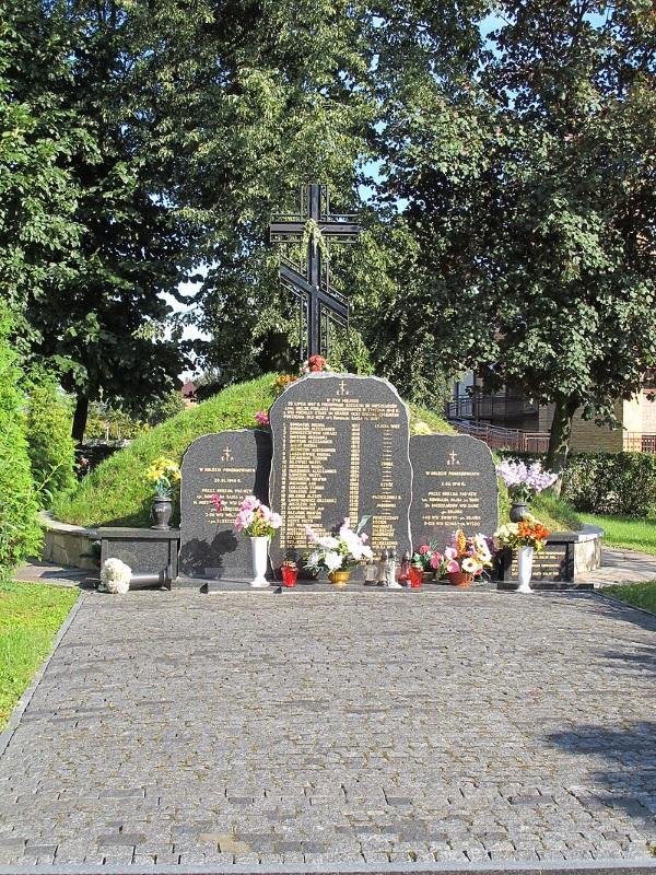 """Mogiła furmanów na cmentarzu wojennym w Bielsku Podlaskim. Kolejne ofiary """"Burego"""". (Zdjęcie opublikowane na licencji CC BY-SA 3.0, autor: Krzysztof Kundzicz)"""