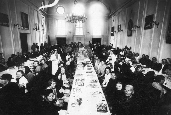 Posiłek dla ubogich w dniu św. Wincentego a Paulo w Bydgoszczy. (fot. domena publiczna)