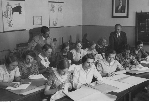Przedwojenne lekcje dla dziewcząt pod czujnym nadzorem panów. 1935 rok.