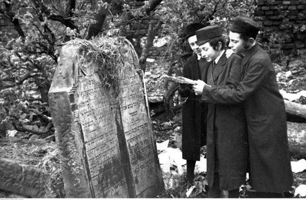 Święto rabina Remu na cmentarzu Remuh w Krakowie. 1931 rok.