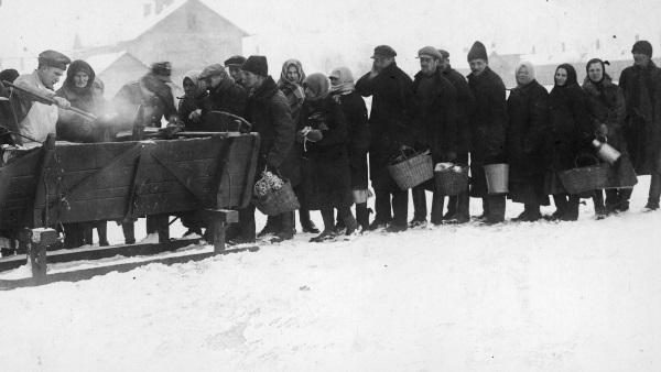 Ubodzy stojący w kolejce po zupę wydawaną przez organizację dobroczynną. (fot. domena publiczna)