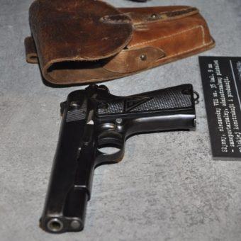 Pistolet Vis w Muzeum Powstania Warszawskiego. (zdj. opublikowane na licencji CC BY-SA 3.0, autor: Halibutt )