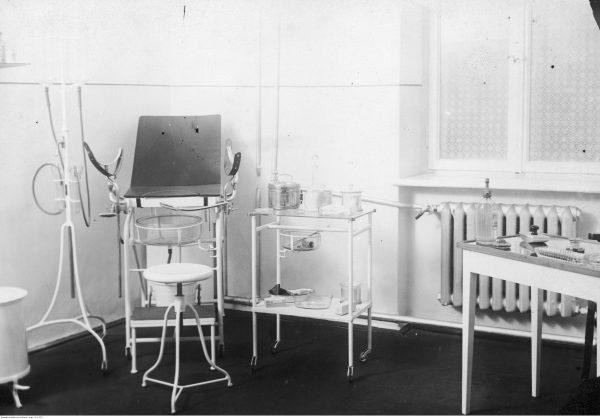 Wnętrze gabinetu ginekologicznego. Zdjęcie ze zbiorów Narodowego Archiwum Cyfrowego.