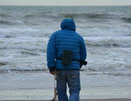 Człowiek poszukujący skarbów z wykrywaczem metali. (fot. Ben Kerckx, lic. CC0).
