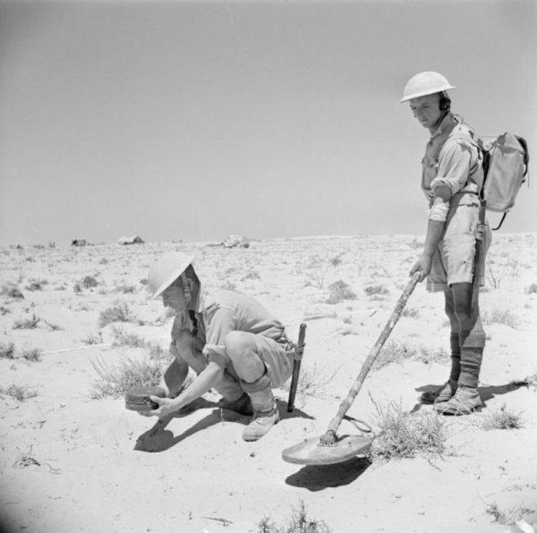 W rękach saperów wykrywacze metalu ratują życie. W rękach poszukiwaczy pozwalają odnaleźć ślady historii. Na zdjęciu brytyjscy saperzy w 1942 roku. (fot. domena publiczna).