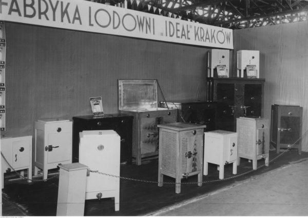"""Wystawa lodowni krakowskiej fabryki """"Ideał"""". (fot. domena publiczna)"""