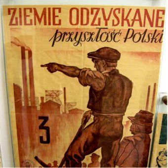 Powojenny plakat propagandowy. (lic. CCA-SA 4.0, autor: Koefbac )