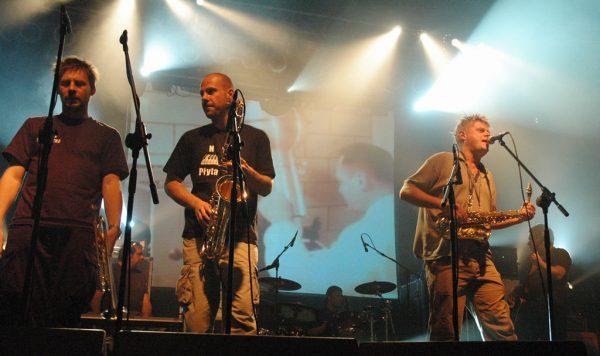 Polski zespół muzyczny Kult powstał w 1982 roku w Warszawie. Założony przez Kazika Staszewskiego i Piotra Wieteskę, muzyczne korzenie lokował w alternatywnym rocku, punku i nowej fali. Nie zapominał także o, coraz bardziej popularnym w kraju, jazzie. Jednak, co najważniejsze, teksty zespołu obfitowały w liczne aluzje do rzeczywistości PRL-u.