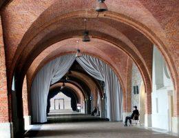 Wnętrze Arkad Kubickiego. Jacy wystawcy znaleźli się w środku podczas XXVI Targów Książki Historycznej w Warszawie i co ciekawego mogą zaproponować?