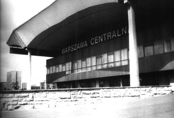 Warszawski Dworzec Centralny był ewenementem na tle innych peerelowskich przedsięwzięć budowlanych. Tu nie szczędzono ani środków, ani materiałów na postawienie budynku. Na zdjęciu Dworzec w latach 70-tych.