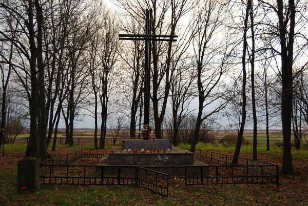 Pomnik upamiętniający poległych i zamordowanych Polaków z Huty Stepańskiej i okolicy, powstały według projektu gen. Czesława Piotrowskiego w 1996 roku.