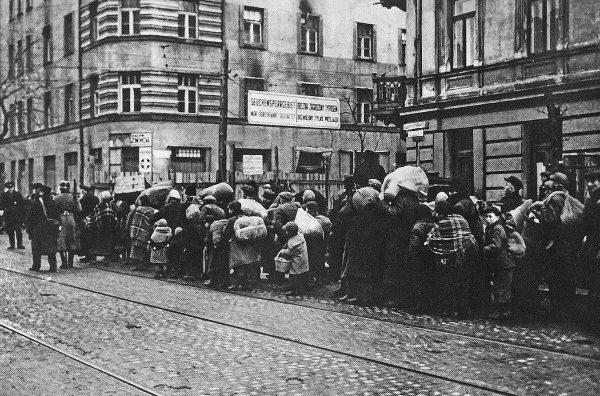 Przymusowe przesiedlenie ludności żydowskiej z mniejszych miast i osiedli w dystrykcie warszawskim do getta. Na zdjęciu ul. Leszno na rogu z Żelazną.