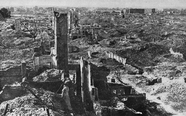 Tak wyglądały zgliszcza pozostałe po likwidacji getta warszawskiego. Zdjęcie z 1945 roku.