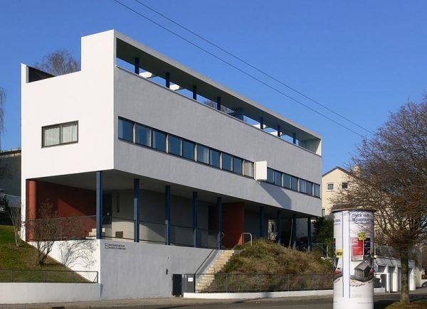 Dom bliźniaczy w Stuttgarcie to przykład realizacji słynnych pięciu punktów nowoczesnej architektury mieszkaniowej sformułowanych przez Le Corbusiere'a. Cechują go: konstrukcja słupowa, poziome okna, płaskie dachy, wolny plan oraz elewacja. Polscy architekci nie mieli jednak ani materiałów, ani rąk do pracy, by realizować postulaty modernistycznej architektury.