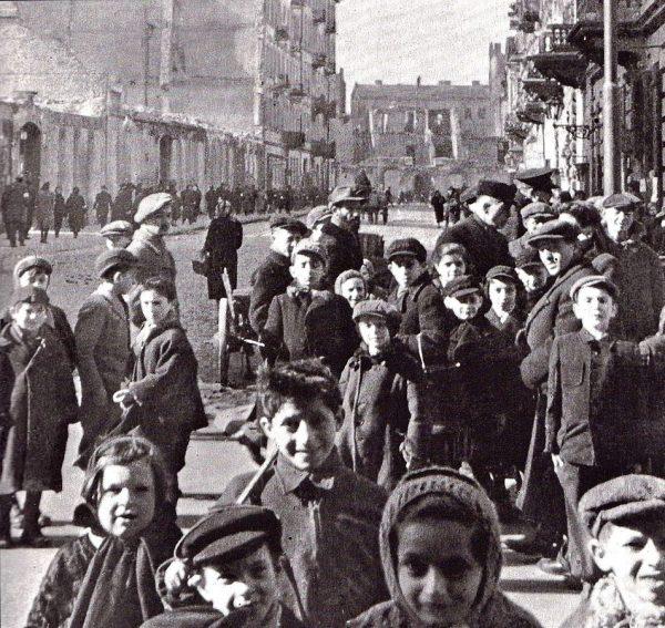 Pieniądze przekazywane przez Delegaturę Żegocie pozwalały na opiekę nad około 7000 osób. Na zdjęciu najmłodsi więźniowie warszawskiego getta.