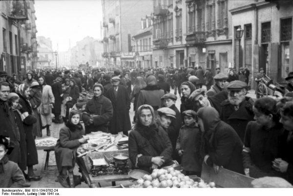 W gettach brakowało dosłownie wszystkiego. Ratunkiem była pomoc z zewnątrz, którą trudno było zbiedniałym Polakom udzielić. Na zdjęciu przeludniona ulica Smocza w warszawskim getcie w 1941 roku.