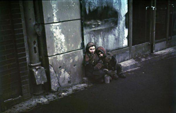 Głodujące żydowskie dzieci. Jedna z nielicznych fotografii barwnych wykonanych w getcie warszawskim.
