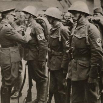 Słowacki minister obrony Ferdinand Čatloš wręcza odznaczenia żołnierzom biorącym udział w inwazji na Polskę.