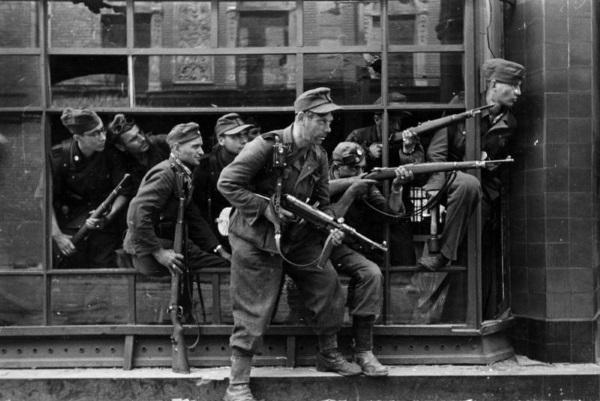 Esesmani z brygady Dirlewangera. (fot. Bundesarchiv, Bild 183-97906 / CC-BY-SA 3.0)