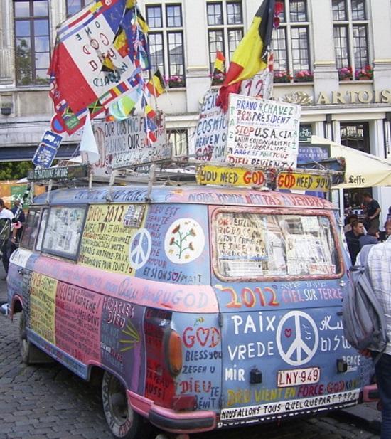 """Nazwa hippisów pochodzi od angielskiego """"hippie"""" - """"żyć na bieżąco"""". Ruch ten powstał w II połowie lat 60-tych XX wieku jako wyraz buntu wobec świata dorosłych i jego instytucji, a także wszelkich norm społecznych opartych na konsumpcji i materializmie. W PRL-u miał jednak przede wszystkim inne znaczenie. Polscy hippisi widzieli w tej kontrkulturze źródło wolności i buntu wobec ograniczeń narzucanych przez obcą władzę. Na ilustracji słynny """"flower-power bus"""" z widoczną pacyfą: symbolem pokoju."""